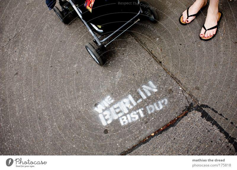 WIE BERLIN BIST DU? Stadt Freude Erwachsene feminin Graffiti Stein Stil Fuß Kraft elegant Beton Berlin Schriftzeichen außergewöhnlich Lifestyle Coolness