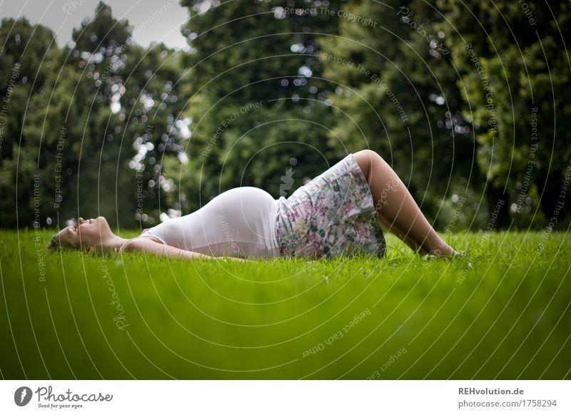 kurze Pause Mensch Frau Natur Baum Landschaft Erholung Erwachsene Umwelt Wiese feminin Familie & Verwandtschaft Glück Park Zufriedenheit liegen Fröhlichkeit