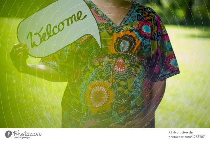 Welcome Gesundheit Mensch feminin Frau Erwachsene Mutter Bauch 1 18-30 Jahre Jugendliche Umwelt Natur Landschaft Kleid Schriftzeichen Schilder & Markierungen