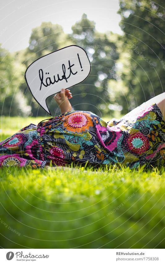 läuft Mensch Frau Natur Freude Erwachsene Umwelt Liebe Wiese feminin Glück Park Zufriedenheit liegen Schriftzeichen Schilder & Markierungen Lebensfreude