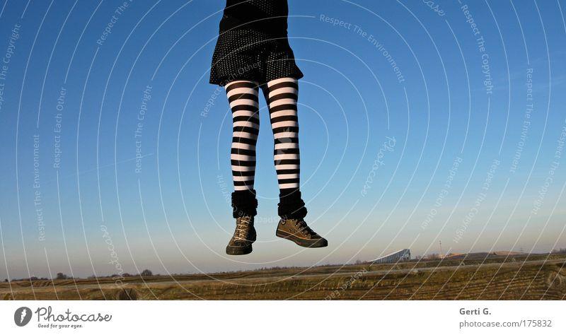 Extremitäten blau Landschaft springen Beine fliegen Ruhrgebiet Schuhe Strümpfe hängen Strumpfhose Chucks gestreift Bottrop Fluggerät Turnschuh Deutschland