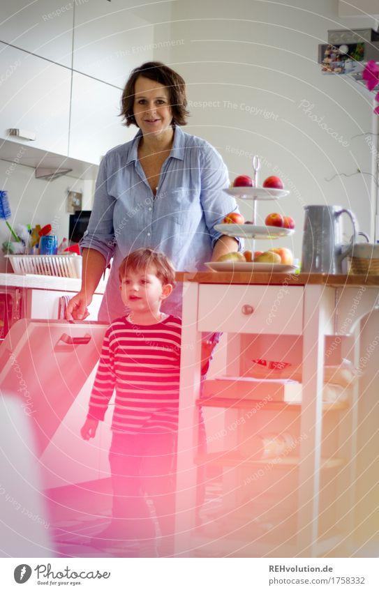 Familienalltag in der Küche Mensch Frau Kind Freude Erwachsene Lifestyle feminin Junge Familie & Verwandtschaft Spielen Glück Arbeit & Erwerbstätigkeit Wohnung maskulin Häusliches Leben Zufriedenheit