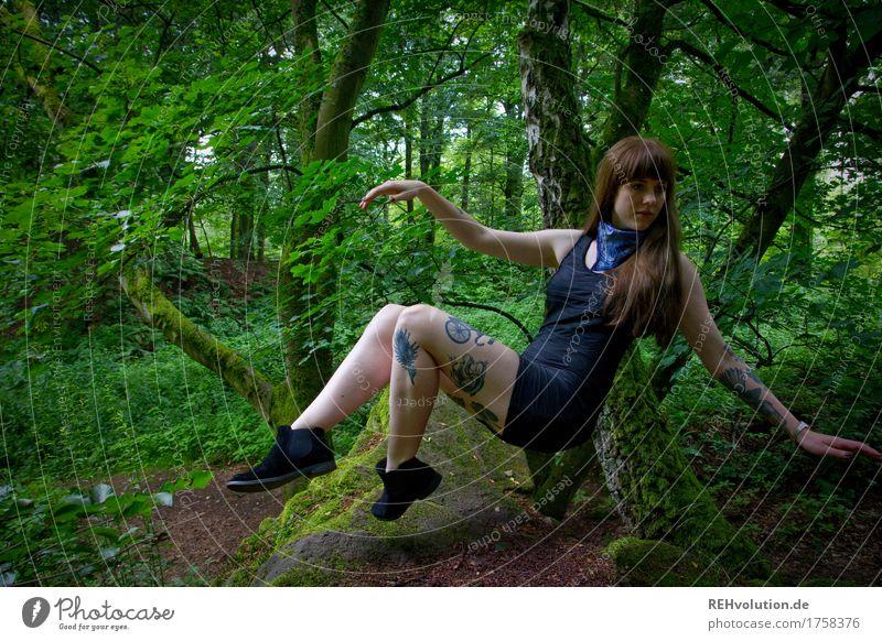 Carina | schwebt Freizeit & Hobby Mensch feminin Junge Frau Jugendliche 1 18-30 Jahre Erwachsene Umwelt Natur Wald Kleid Tattoo Piercing Haare & Frisuren