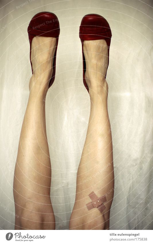 hoppla Farbfoto Experiment feminin Frau Erwachsene Leben Beine 1 Mensch 18-30 Jahre Jugendliche Schuhe Heftpflaster Idee einzigartig Freude träumen Kopfstand