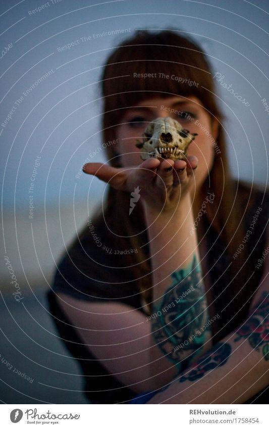 Carina | mit Schädel Mensch Jugendliche schön Junge Frau Hand dunkel 18-30 Jahre Gesicht Erwachsene feminin außergewöhnlich Haare & Frisuren Angst authentisch