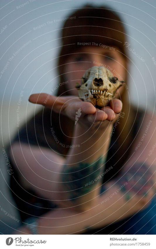 Carina   mit Schädel Mensch feminin Junge Frau Jugendliche Gesicht Hand 1 18-30 Jahre Erwachsene Tattoo brünett langhaarig Pony festhalten authentisch