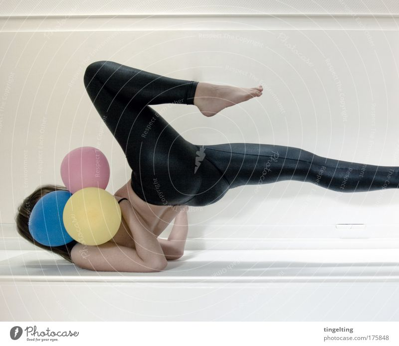 cmyk k Mensch Jugendliche blau schwarz gelb Sport feminin Fuß Linie Beine hell Raum Gebäude Körper Haut Arme