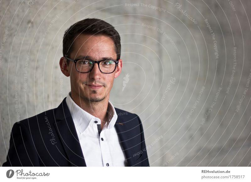 BetonPortrait II Bildung Student Beruf Business Mittelstand Unternehmen Karriere Erfolg Mensch maskulin Mann Erwachsene Gesicht 1 30-45 Jahre Hemd Anzug Brille