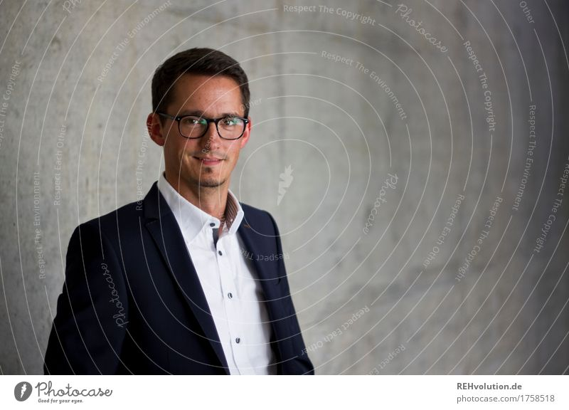 BetonPortrait Studium lernen Business Unternehmen Karriere Erfolg Mensch maskulin Mann Erwachsene Gesicht 1 30-45 Jahre Hemd Anzug Brille Lächeln authentisch