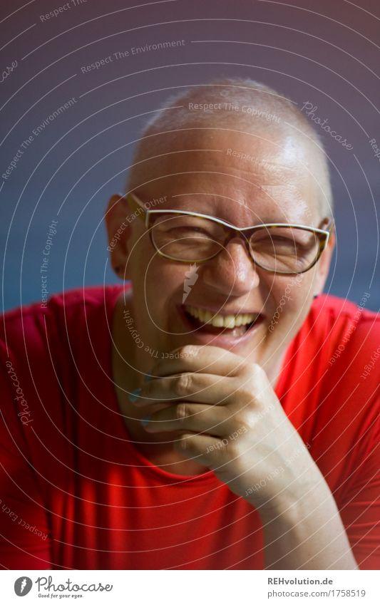 Susi | lacht Gesundheit Gesundheitswesen Behandlung Krankheit Mensch feminin Frau Erwachsene Gesicht 1 30-45 Jahre T-Shirt Brille Glatze lachen authentisch