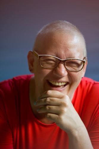Susi   lacht Gesundheit Gesundheitswesen Behandlung Krankheit Mensch feminin Frau Erwachsene Gesicht 1 30-45 Jahre T-Shirt Brille Glatze lachen authentisch