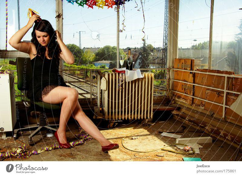 abrissparty Mensch Frau Jugendliche Junge Frau 18-30 Jahre Erwachsene Leben Traurigkeit feminin Stil Feste & Feiern Mode Party Jubiläum Häusliches Leben