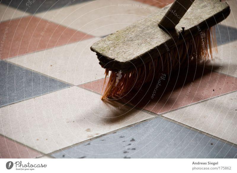 In Bearbeitung Farbfoto Innenaufnahme Detailaufnahme Menschenleer Schatten Kontrast Häusliches Leben Wohnung Fliesen u. Kacheln Boden Bodenbelag Besen dreckig