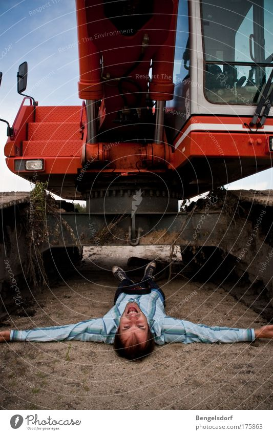 Stoppt die Abbaggerung! Mensch Maschine Umwelt Landschaft Erde Angst Bauarbeiter Arbeiter Industrie bedrohlich Baustelle Mann Vergänglichkeit Fabrik Umzug (Wohnungswechsel) Konflikt & Streit