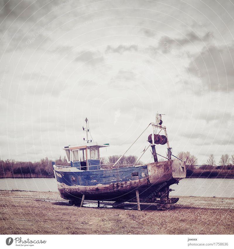 Ausgemustert Schifffahrt Fischerboot alt Ende Nostalgie Vergänglichkeit Wandel & Veränderung Farbfoto Gedeckte Farben Außenaufnahme Menschenleer Tag