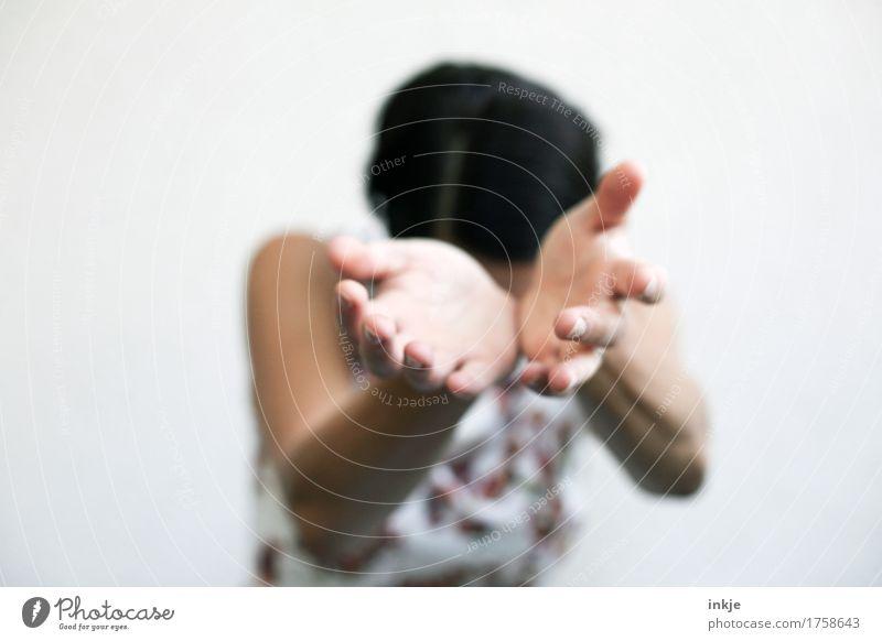 Bitte Frau Erwachsene Leben Hand Frauenhand Oberkörper 1 Mensch Gefühle bescheiden zurückhalten demütig Traurigkeit Sorge Trauer Scham Reue Hemmung Wunsch