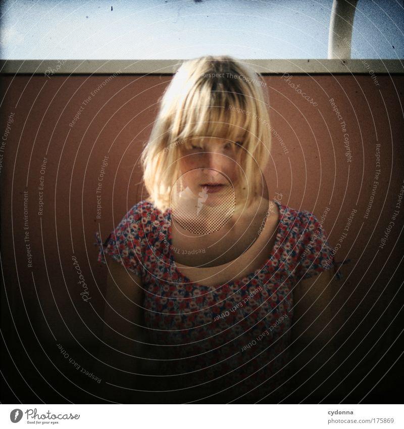 Konfrontation Frau Mensch Jugendliche schön Gesicht Erwachsene Leben Gefühle Bewegung Traurigkeit träumen Kraft Energie ästhetisch Macht bedrohlich