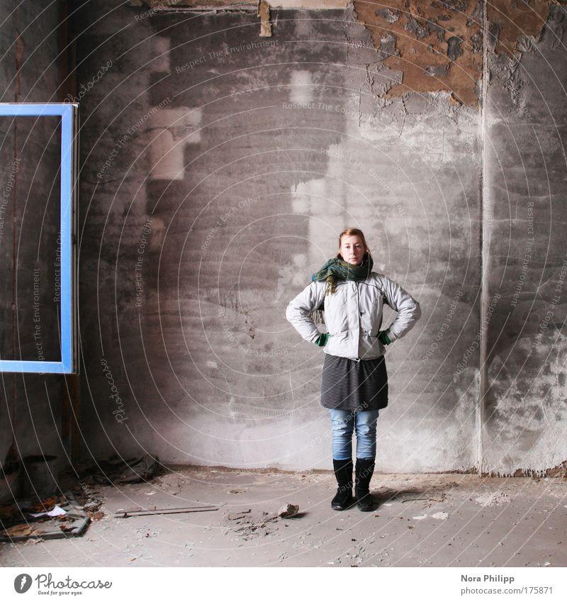 so what? Frau Mensch Jugendliche blau weiß Freude Erwachsene feminin Fenster Wand Stil Mode Kraft stehen Lifestyle Coolness