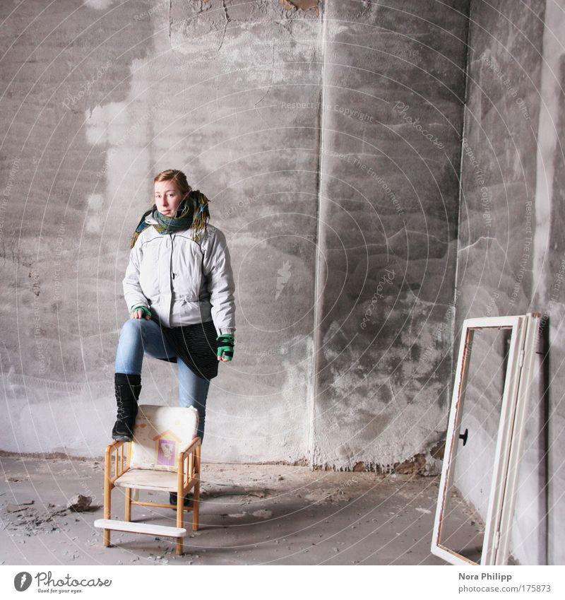Was guckst du so? Mensch Jugendliche Erwachsene feminin grau Stil Zeit stehen Lifestyle Coolness einzigartig Stuhl Jeanshose Fabrik 18-30 Jahre Jacke