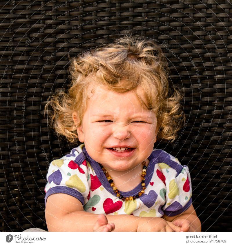 Mädchen zieht Nase kraus Mensch feminin Kind Kleinkind Schwester Kindheit Leben Kopf 1 1-3 Jahre Haare & Frisuren brünett blond Locken lachen Glück einzigartig