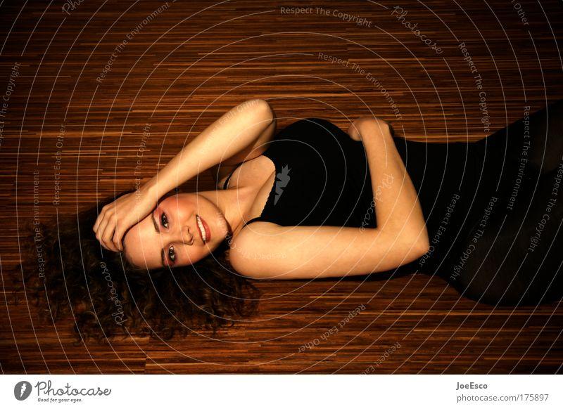 mal so rumliegen 2.0 Porträt Blick in die Kamera Stil Glück schön Gesundheit feminin 1 Mensch 18-30 Jahre Jugendliche Erwachsene Musik hören Mode