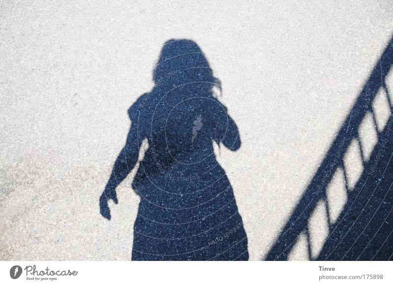 """""""Tschüß Urlaub!"""" Frau Mensch Erwachsene Einsamkeit feminin stehen Vergänglichkeit Sehnsucht Fernweh Enttäuschung Heimweh"""