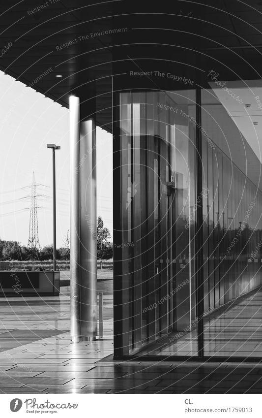 foyer Stadt Gebäude Architektur Mauer Wand Fassade Fenster Tür Strommast Säule Laterne komplex Schwarzweißfoto Außenaufnahme Menschenleer Tag Licht Schatten