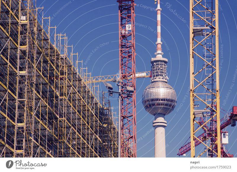 Das Leben ist eine Baustelle I Fortschritt Zukunft Kran Baukran Berlin Berliner Fernsehturm Hauptstadt Stadtzentrum Sehenswürdigkeit Wahrzeichen bauen neu