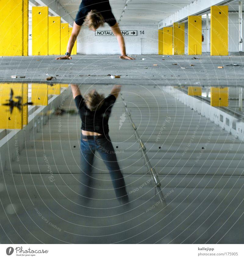 stay Mensch Wasser Erwachsene Spielen Innenarchitektur Lifestyle Symbole & Metaphern Pfeile Ausgang Perspektive Doppelbelichtung Pfütze Reflexion & Spiegelung