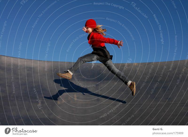 gehopst wie gesprungen Mädchen Mensch Kind blond sportlich springen grätschen Jeanshose Chucks Rotkäppchen kappe Mütze Bewegung Dynamik Leben sprunghaft
