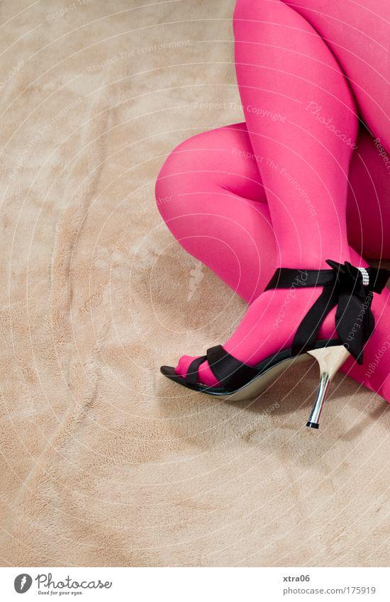 stilbruch 6 Farbfoto Innenaufnahme Textfreiraum links Textfreiraum unten Hintergrund neutral feminin Junge Frau Jugendliche Erwachsene Beine Fuß 1 Mensch