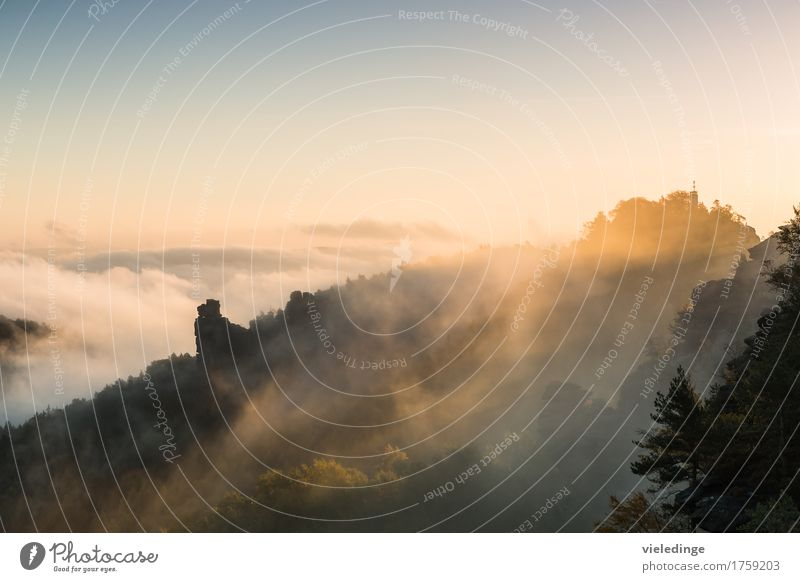 Hunskirche im Morgennebel bei Sonnenaufgang Ferien & Urlaub & Reisen Tourismus Freiheit Berge u. Gebirge wandern Klettern Bergsteigen Natur Landschaft