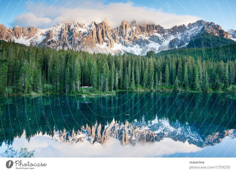 Karersee (Lago di Carezza), See in den Dolomiten, Italien. Himmel Ferien & Urlaub & Reisen blau Sommer grün Baum Landschaft Wald Berge u. Gebirge Schnee Europa