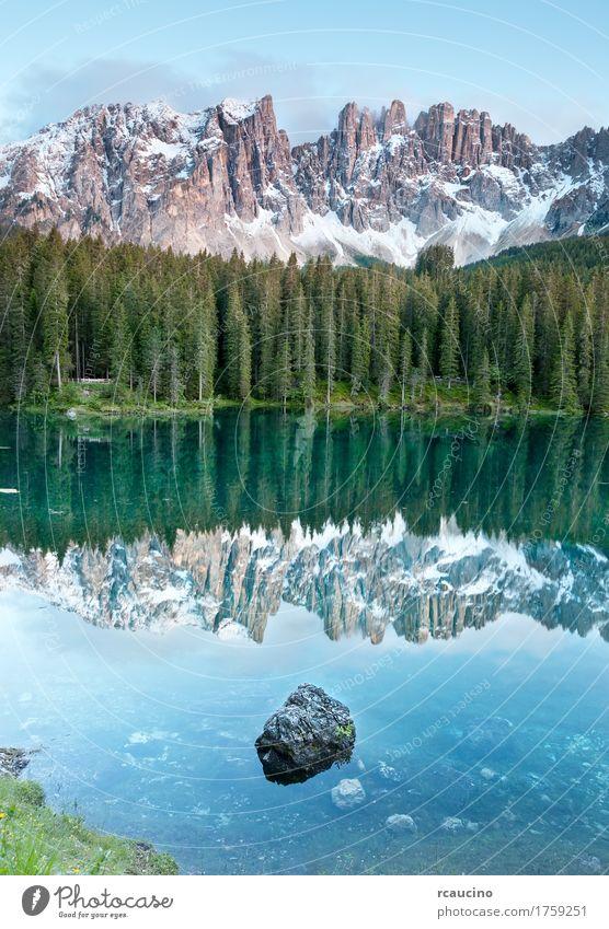 Karersee ist ein See in den Dolomiten, Italien. Himmel Ferien & Urlaub & Reisen blau Sommer grün Baum Landschaft Wald Berge u. Gebirge Schnee Europa Alpen