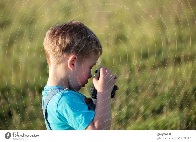 Kleiner Junge mit der Kamera im Freien Mensch Kind Natur Sommer Landschaft Wald klein Park blond Kindheit retro Fotografie Fotokamera Mut Kleinkind