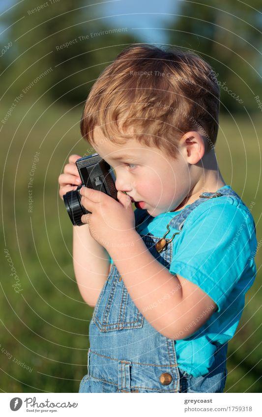 Kleines Kind, das die Fotos im Freien macht Mensch Natur Sommer Landschaft Junge klein blond Kindheit Fröhlichkeit Fotografie Fotokamera Kleinkind vertikal