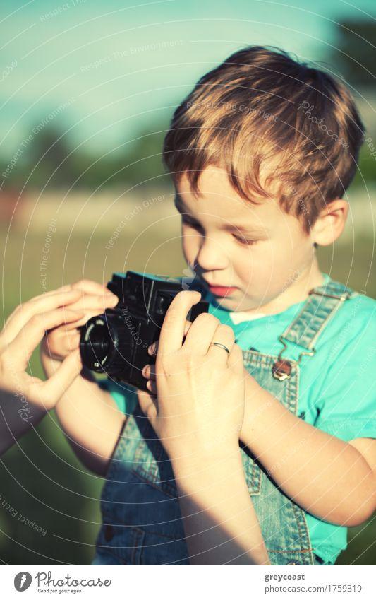 Mutter, die ihrem Sohn hilft, seine ersten Fotos zu machen Mensch Kind Natur Sommer Farbe Hand Landschaft Erwachsene Junge klein Zusammensein Kindheit retro