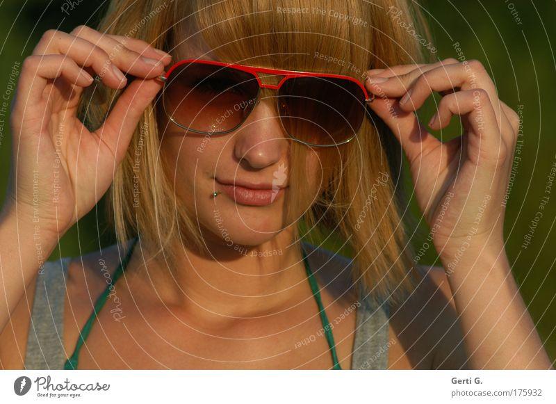 disarm you ... Frau Hand schön grün Gesicht Haare & Frisuren Wärme Brille natürlich Sonnenbrille Piercing rothaarig Intuition sommerlich Träger Junge Frau