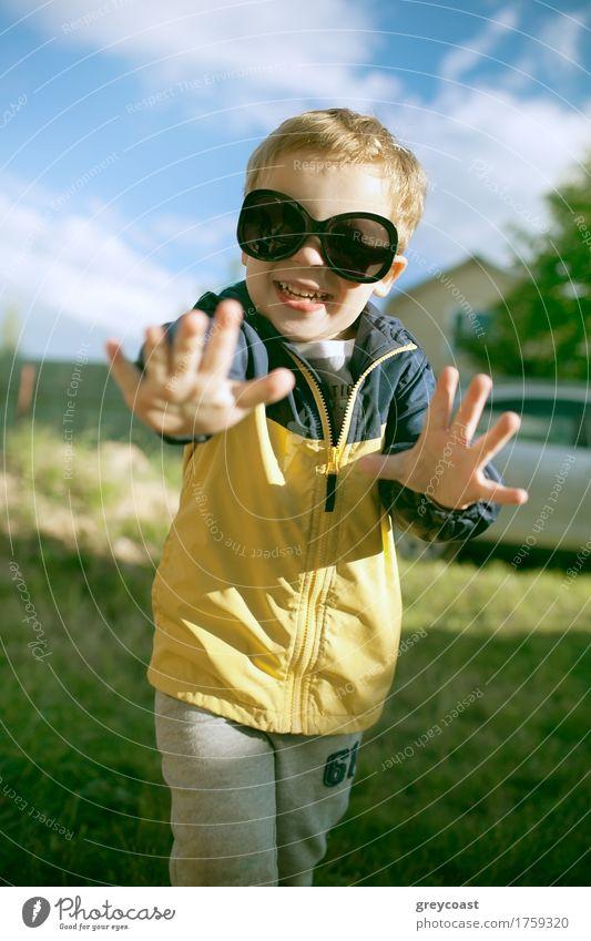 Glücklicher Junge in der großen Sonnenbrille im Freien Freude Sommer Kind Kindheit 1 Mensch 3-8 Jahre Natur Landschaft blond Lächeln lachen klein lustig