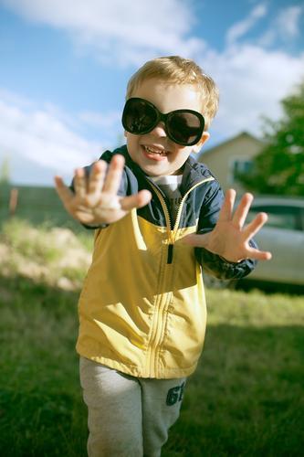 Glücklicher Junge in der großen Sonnenbrille im Freien Mensch Kind Natur Sommer Landschaft Freude lustig lachen klein blond Kindheit Fröhlichkeit Lächeln