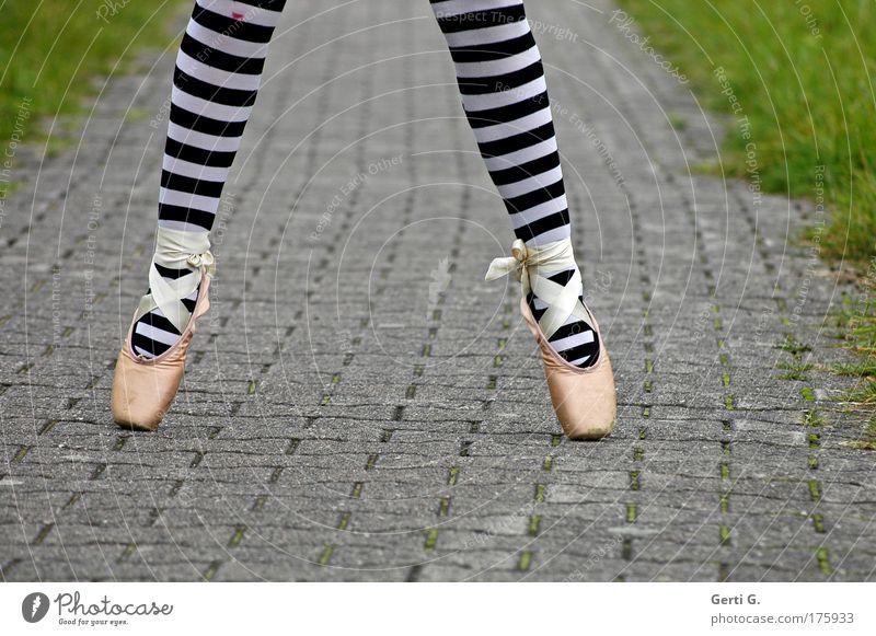 balletös Beine Fuß 1 Mensch Balletttänzer Gras Wege & Pfade Strumpfhose Schuhe stehen sportlich Ballettschuhe Asphalt gestreift Ringelstrümpfe vertikal