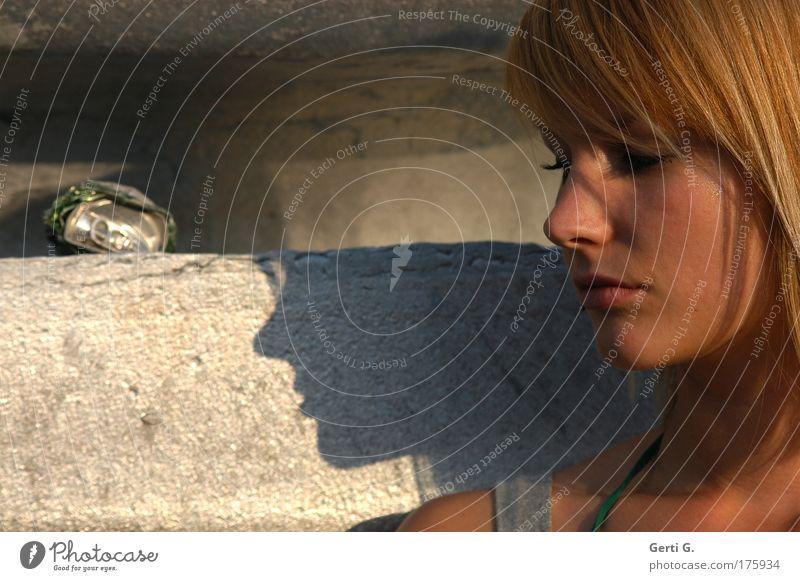 mu*sing Frau Junge Frau schön Mensch feminin profil Gesicht Porträt ruhig Schatten Nase Nasenspitze Ebenmäßigkeit Haare & Frisuren Pony sonnengebräunt
