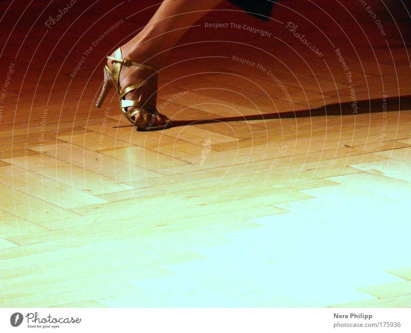 Tango Mensch Frau Erwachsene gelb feminin Bewegung Fuß Kunst Tanzen Schuhe gold elegant Energie Tanzveranstaltung ästhetisch Veranstaltung
