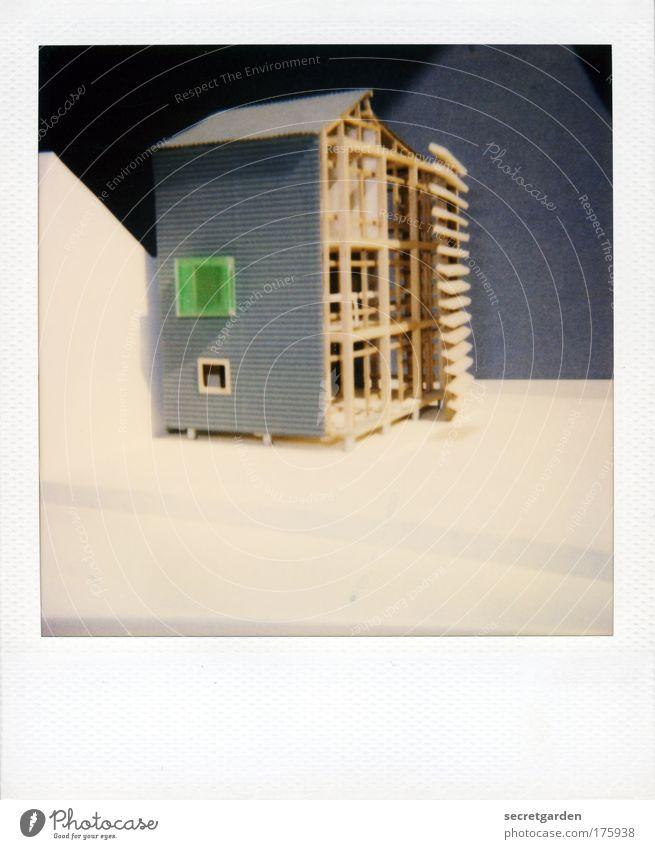 das fenster zum hof. Farbfoto Gedeckte Farben Innenaufnahme Nahaufnahme Polaroid Menschenleer Textfreiraum oben Textfreiraum unten Hintergrund neutral