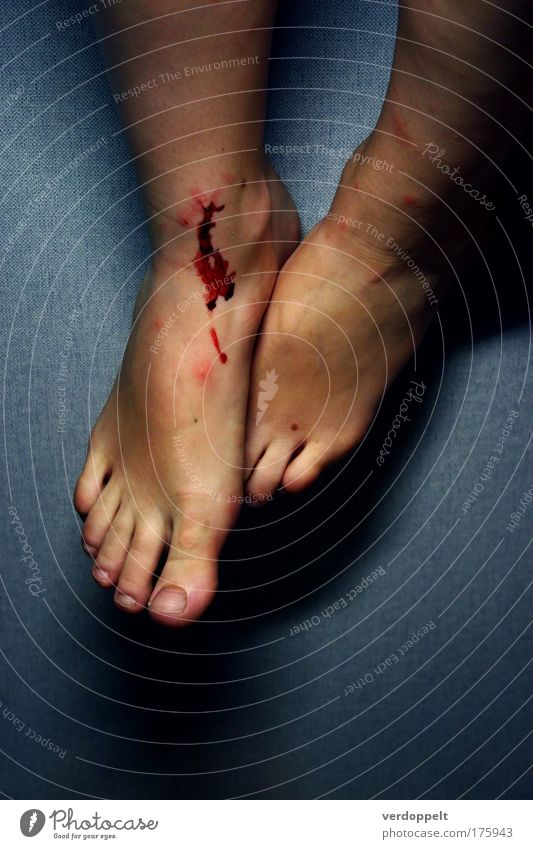nicht fallen Farbfoto Kunstlicht Mensch Fuß authentisch Schmerz Blut wehtun Wunde Barfuß Schürfwunde Blutfleck Frauenfuß Hintergrund neutral