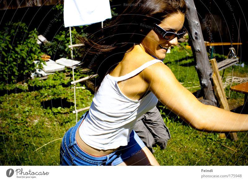 Räuber und Gendarm Mensch Jugendliche Erwachsene feminin Haare & Frisuren lachen Rücken Arme Haut laufen Mund frei Nase Fröhlichkeit 18-30 Jahre Junge Frau