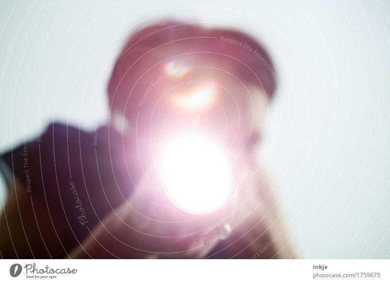 Taschenlampe 1 Mensch beobachten entdecken leuchten hell Kontrolle Überwachung Vor hellem Hintergrund Dieb Farbfoto Gedeckte Farben Innenaufnahme Nahaufnahme
