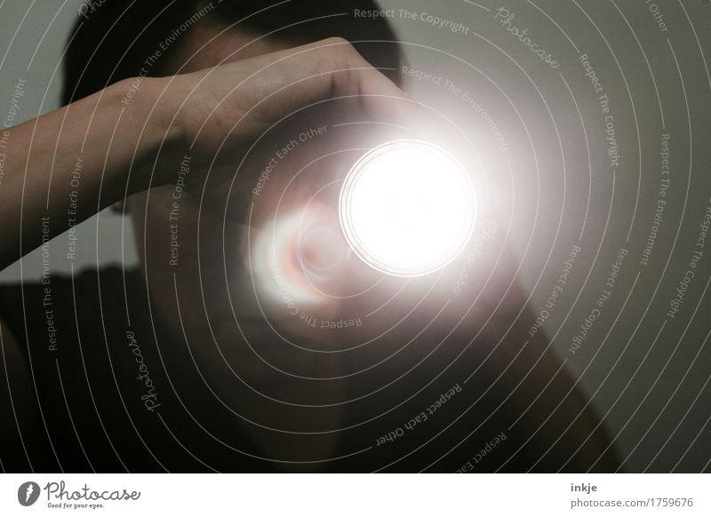 Kamera läuft ! Erwachsene Leben 1 Mensch Lampe Taschenlampe Videokamera leuchten dunkel hell Überwachung Farbfoto Gedeckte Farben Innenaufnahme Nahaufnahme