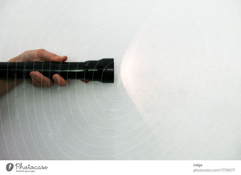 überwacht VI Hand 1 Mensch Mauer Wand Taschenlampe Lichtkegel Lichtschein Lichtspiel Lichtstrahl Lichterscheinung festhalten leuchten einfach hell