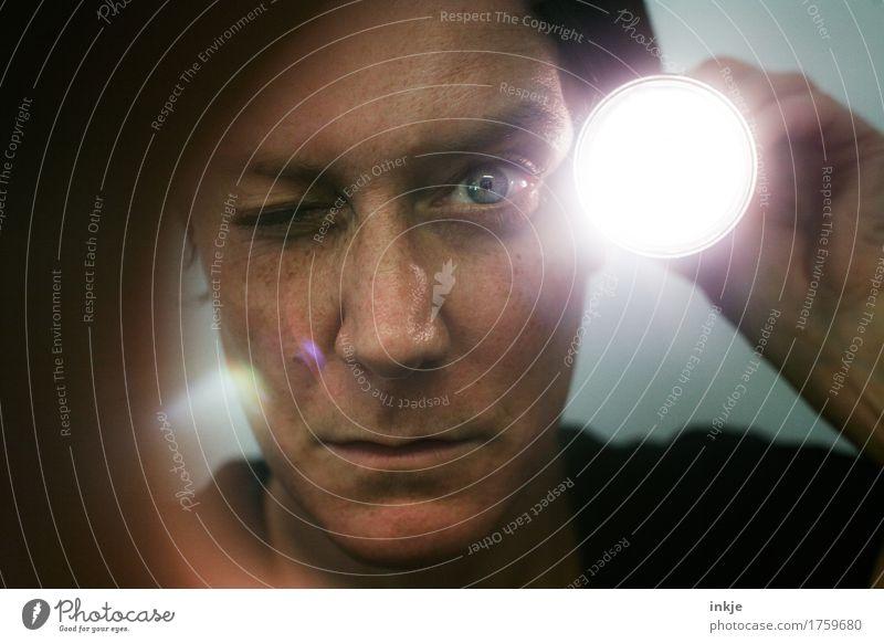 Kurzer Kontrollgang. Detektiv Spitzel Wachsamkeit Frau Erwachsene Leben Gesicht 1 Mensch 30-45 Jahre Taschenlampe Lichtschein Lichtstrahl Blendenfleck